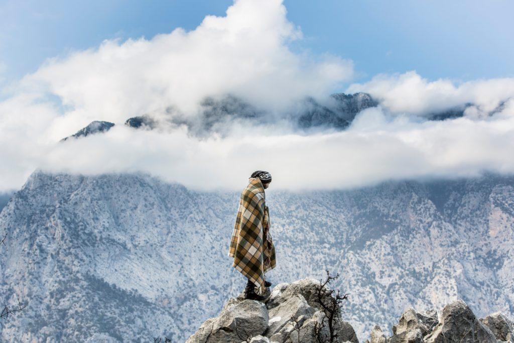 山に立っている男
