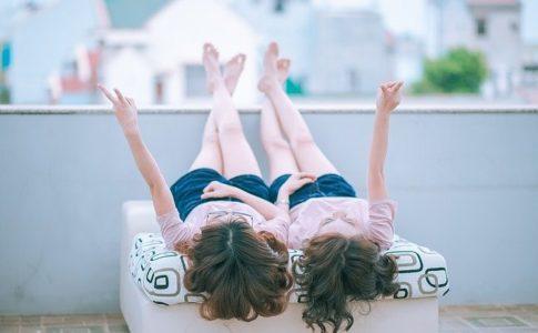 寝転がる二人の女性